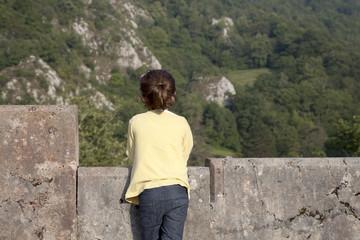 Niña contemplando la montaña desde mirador