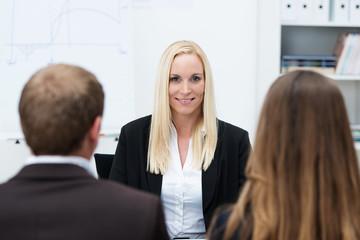 geschäftsfrau in einer besprechung mit mitarbeitern