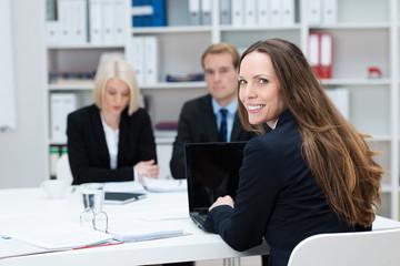 lächelnde geschäftsfrau am arbeitsplatz