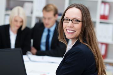 geschäftsfrau mit brille am arbeitsplatz
