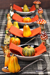 Herbstlich gedeckter Tisch für ein Erntedankfest
