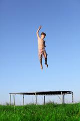 Sportlicher Junge springt auf dem Trampolin