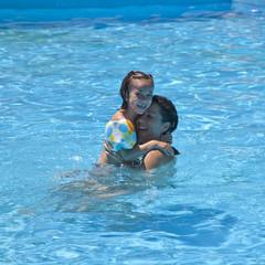 Foto op Canvas Dolfijnen Madre e hija disfrutando en la piscina