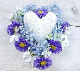 Alles Liebe: Marmorherz mit blauen und weißen Blüten