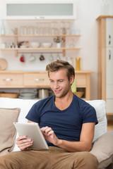 student liest zuhause am tablet