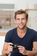 lächelnder mann mit fotoapparat