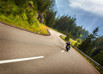 Fototapete - Biker in Austrian mountains