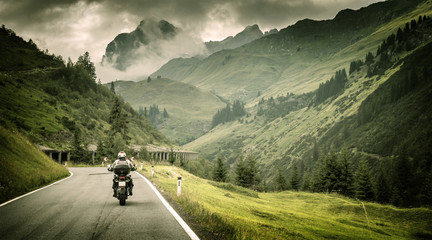 Fototapete - Motorcyclist on mountainous highway