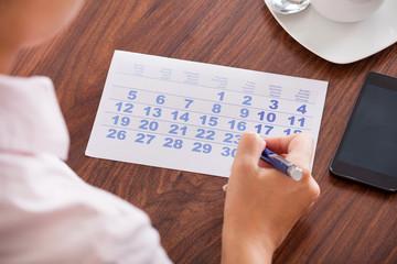 Fototapete - Businesswoman Marking In Calendar