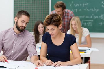 studenten im seminar schauen auf unterlagen