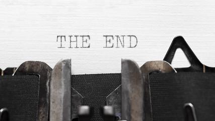 Schreibmaschine. Text: The End.