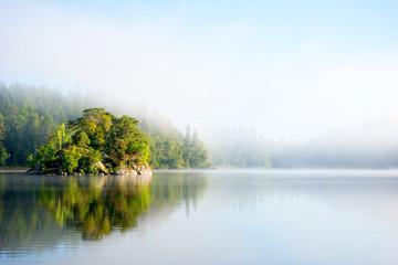 In de dag Lichtblauw Island on foggy morning