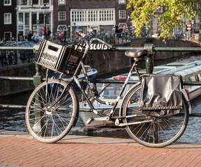 Photo sur Aluminium Bicycle on a bridge in Amsterdam