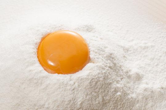 小麦粉に落とした卵