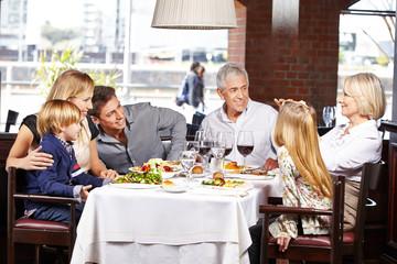 Familie macht Fotos im Restaurant