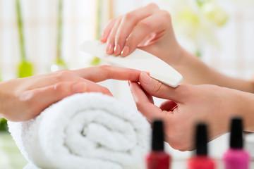 Poster de jardin Manicure Woman in nail salon receiving manicure