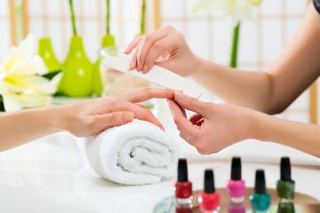 Photo sur Plexiglas Manicure Woman in nail salon receiving manicure