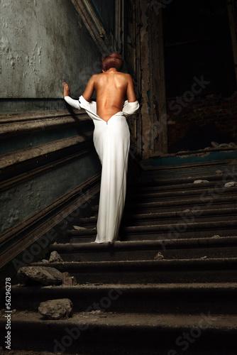 девушка в болом платье разделась фото