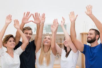 fünf freunde jubeln mit erhobenen händen