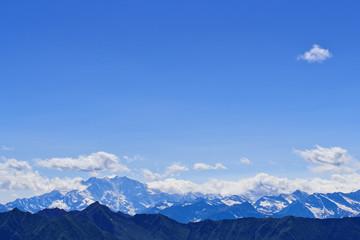 Himmel mit Wolken über Bergen