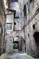 Fototapete - Narrow street between buildings (Siena. Tuscany, Italy)