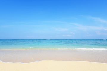 沖縄の美しい砂浜と透明な波