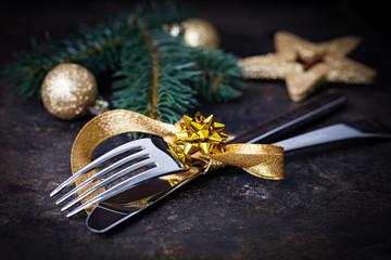Tischgedeck mit Gold