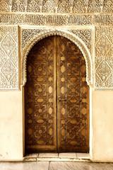 Fototapete - A door decorated in arabic style in La Alhambra, Granada, Spain.