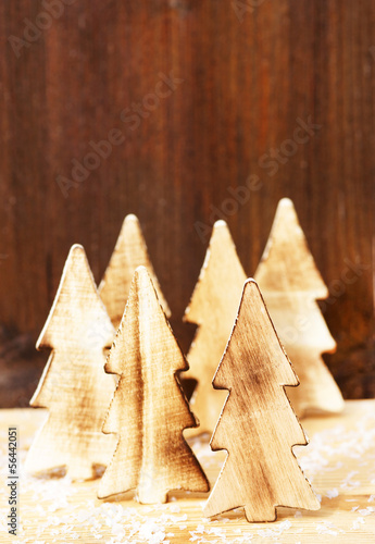 Weihnachtsdeko  Tannenbäume aus Holz  Stockfotos und lizenzfreie