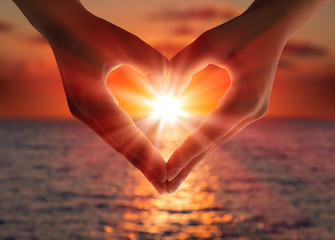 Foto op Canvas Zee zonsondergang sunset in heart hands