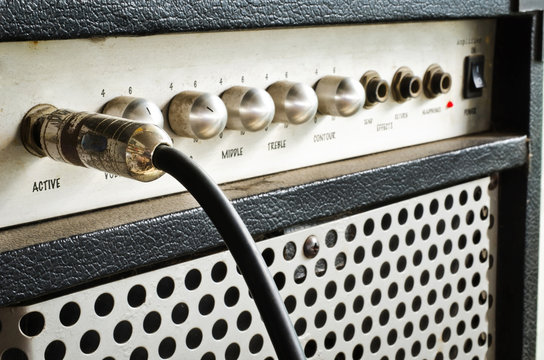 Guitar amplifier with jack cable