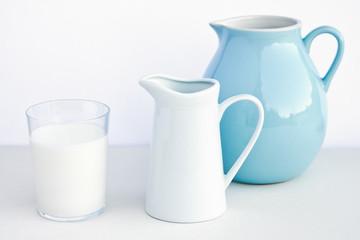 Milchglas mit Milchkrug