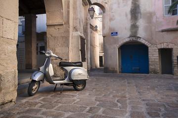 Vieux Scooter dans Rue de Bonifacio Corse