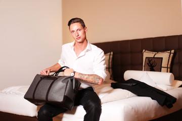 Junger Mann mit Reisetasche