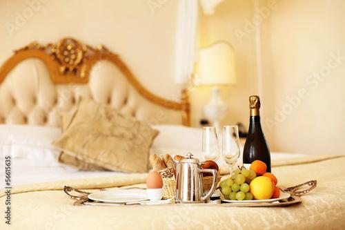 fr hst ck im bett stockfotos und lizenzfreie bilder auf bild 56615635. Black Bedroom Furniture Sets. Home Design Ideas