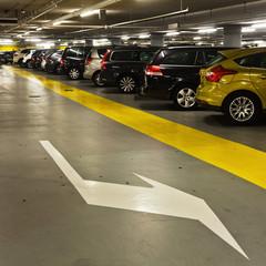 geparkte Autos in der Tiefgarage