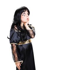 kleines verwundertes Mädchen im Hexenkostüm