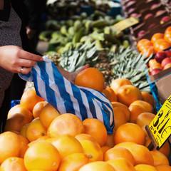 beim Einkauf auf dem Markt