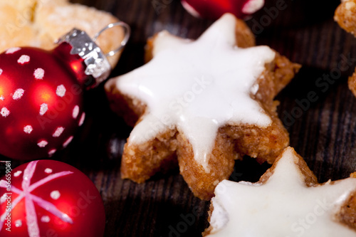 Weihnachtsgebäck Zimtsterne.Weihnachtsgebäck Zimtsterne Und Zimtstangen Dekoration Stock Photo
