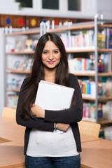 Schülerin in der Bibliothek