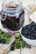 Tarro de gelatina de zarzamoras y bowl lleno de frutos