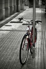 bicicleta antigua aparcada en la acera