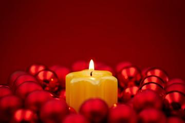 Kerze zu Weihnachten im Kranz