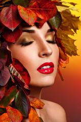 Autumn Woman Fashion Portrait. Colorful leaves. Professionalny m
