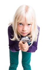 kleines Mädchen beim untersuchen mit einer Lupe