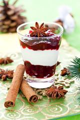 weihnachtliches Dessert mit Deko