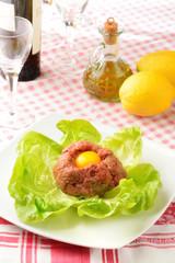 Tartare di carne con uovo crudo