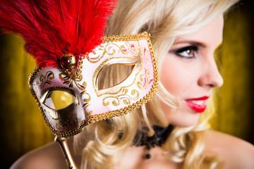 junge blonde Frau mit venezianischer Stabmaske