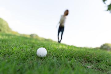 ゴルフボールと女性