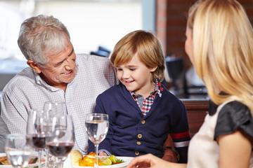 Opa und Enkel beim Mittagessen